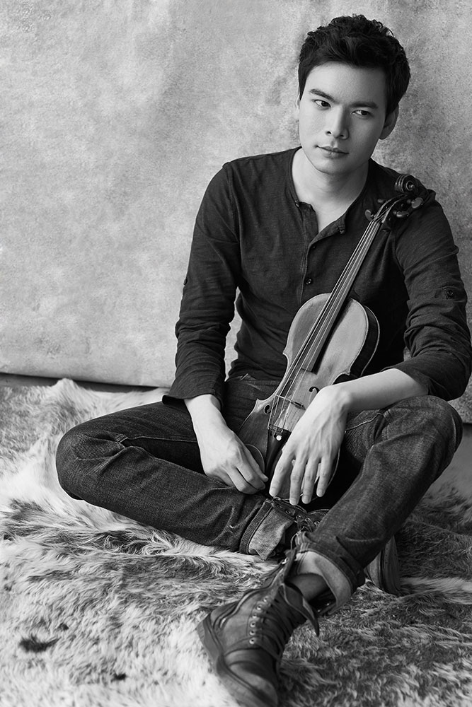 Stefan Jackiw with violin